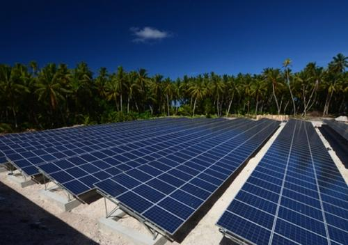 Residents of Tokelau will get all their electricity from solar power and coconut-derived biofuel. Shown here is the solar energy installation on the atoll of Nukunonu. (Source: PowerSmart)
