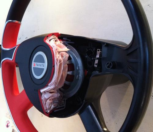 A cutaway of a steering wheel with an air bag. Source: Alexauto321/Wikkimedia Commons