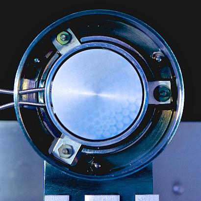 A view into the prototype thermoelectronic generator, looking at the ~3-cm emitter. (Source: J. Mannhart, MPI-FKF)