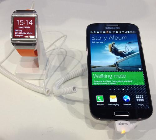 Samsung's Galaxy S4 and Galaxy Gear products at the Mobile World Congress.  (Source: EE Times/Jennifer Baljko)
