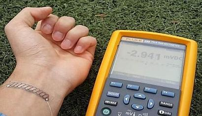 A flexible thermoelectric generator that can be worn as a wristband is able to produce about 40 mW based on the temperature difference between human skin and the surrounding air. (Source: KAIST)
