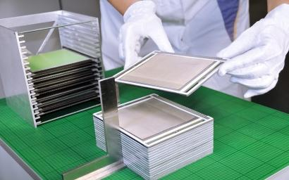 Production of the cell stacks of the home fuel cell system at the Fraunhofer IKTS. (Source: Fraunhofer IKTS)