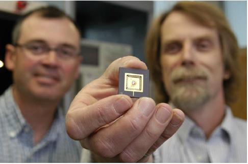University of Manitoba professors Michael Freund (left) and Doug Buchanan meld chemistry and electronics for their highly sensitive electronic nose.(Source: CMC)