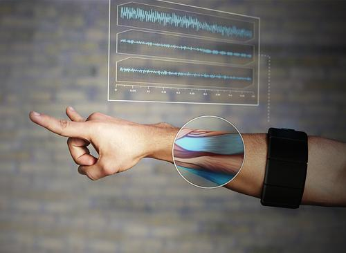 Thalmic Labs Myo armband can accurately discern dozens of hand gestures making head-mounted displays also hands/voice free. (Source: Thalmic Labs)