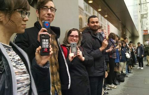Protesters gathered outside the Apple store in San Francisco on Feb. 17 to support Apple. (Image: Fight for the Future).