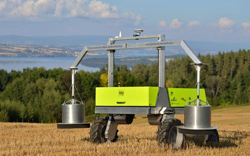 The autonomous robot ADIGO makes it possible to streamline field trials where the goal is to determine the amount of N2O emitted from fertilizers as greenhouse gases, under varying conditions, rather than being absorbed into the soil.
