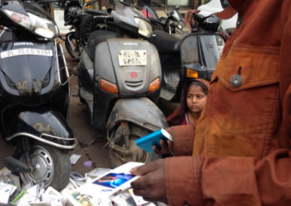 Roadside hawkers try to sell us fake versions of Xiaomi phone chargers.