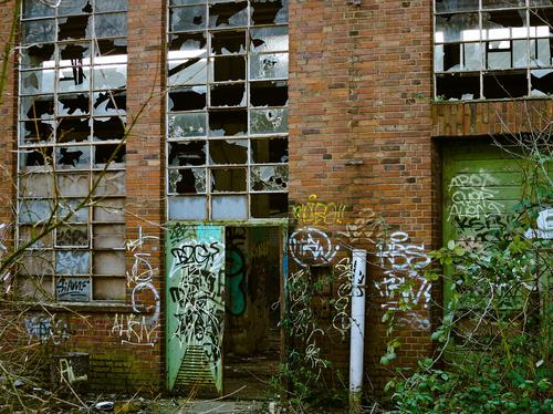 Decaying factory (Image: Micheal Gaida, Pixabay)