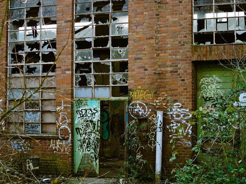 Decaying factory (Image: Micheal Gaida, Pixabay)