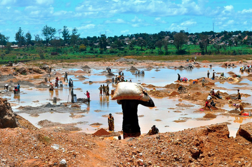 After the copper ore is extracted from the mine in Katanga, in the southern province of the Democratic Republic of Congo, it is carried by workers in 60kg bags to be washed. (Source: Fairphone)