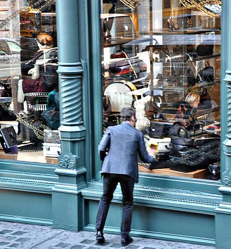 A Prada employee cleans the store's New York City windows.  (Source: meglet127)