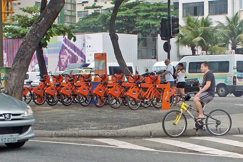 Bike Rio rental station at Avenida Atlantica, Copacabana, Rio de Janeiro, Brazil. (Photo credit: Mariordo  -- Mario Roberto Duran Ortiz)
