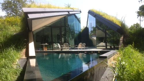 Edgeland House: A residence in Austin, two miles from downtown, fixed with a green rooftop.