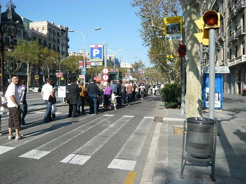 A tourist bus queue along the Passeig de Gracia, Barcelona.  (Photo: Andy Mitchell from Glasgow, UK, via Wikimedia)