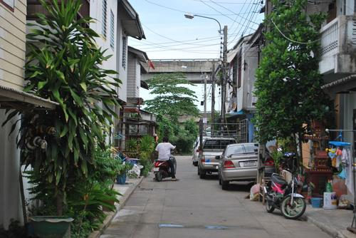 Slum dwellers along the Klong Lamnum river canal have been upgraded to a low-cost neighborhood.(Source: Walter Fieuw)