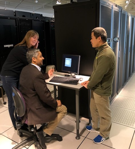 L-R: Lori Floyd, gerente de la oficina de CERIAS, Universidad de Purdue; Dr. Ken Patel, colaborador de Sanager of Purdue, Sandia National Labs; Dr. Dongyan Xu, director de CERIAS