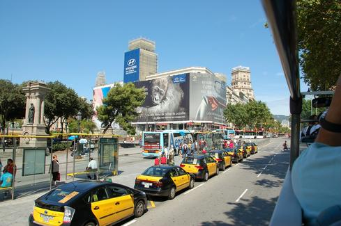 Taxi queue in Barcelona, Spain (Image: Feelgoodpics via Pixabay)